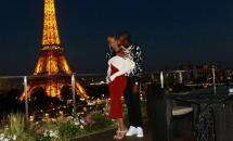 Beyoncé şi fiica ei radiază de fericire la Paris în două rochii identice