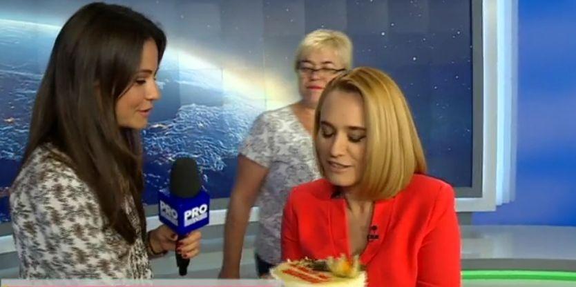 """Cum arată Andreea Esca înainte de a intra în direct? Vezi imagini """"off the record"""" cu prezentatoarea!"""
