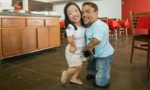 Cel mai scund cuplu din lume s-a logodit!