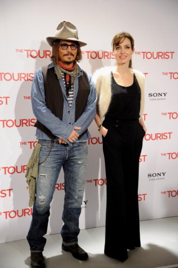 Angelina Jolie, ajutată de Johnny Depp pentru a divorța mai repede de Brad!
