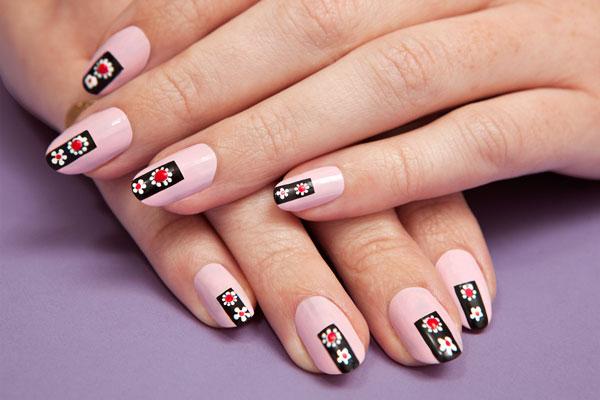 unghii roz cu model cu flori