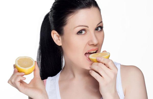 Dacă nu ai obiceiul să mănănci zilnic o felie de lămâie, ar fi bine să te apuci