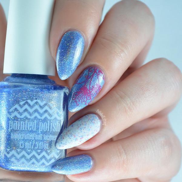 Model de unghii albastru-seren cu sclipic
