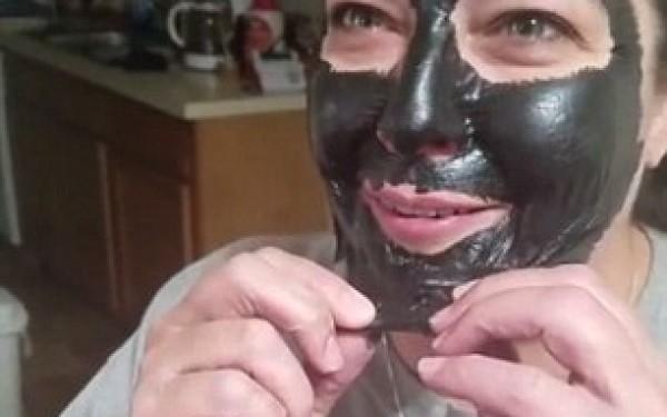 Iată cum arată această femeie după ce și-a îndepărtat masca de față