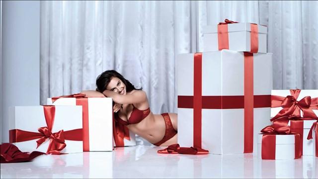 Le mannequin Irina Shayk pose pour la marque de lingerie italienne Intimissimi à Milan le 25 novembre 2016 Supermodel Irina Shayk poses in lacy lingerie for Italian brand Intimissimi's holliday 2016 campaign.