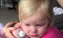 A plâns pe rupte și nu reușea să se oprească. Incredibil ce s-a întâmplat când surioara ei a venit lângă ea!