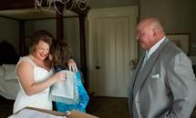 Timp de 21 de ani, o mamă a ținut ascunsă o scrisoare pentru fiica ei adoptată. A decis să îi arate scrisoarea în ziua nunții
