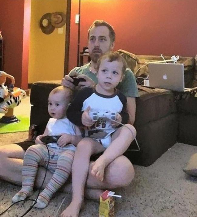 Ceea ce nu realizează aceşti copii este că tatăl lor le-a scos din priză joystick-urile