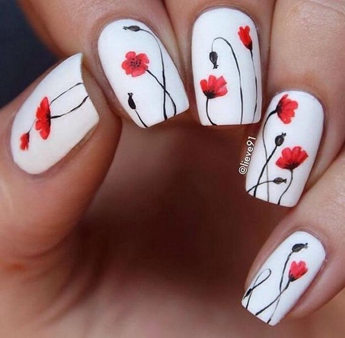 flori de mac pe unghii