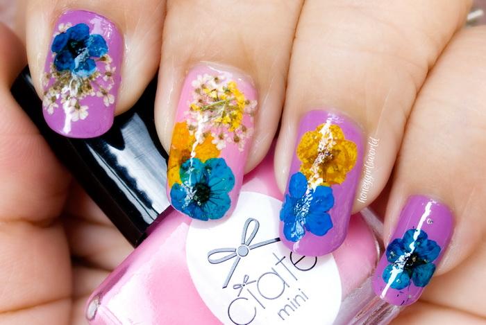 flori de primavara pictate pe unghii