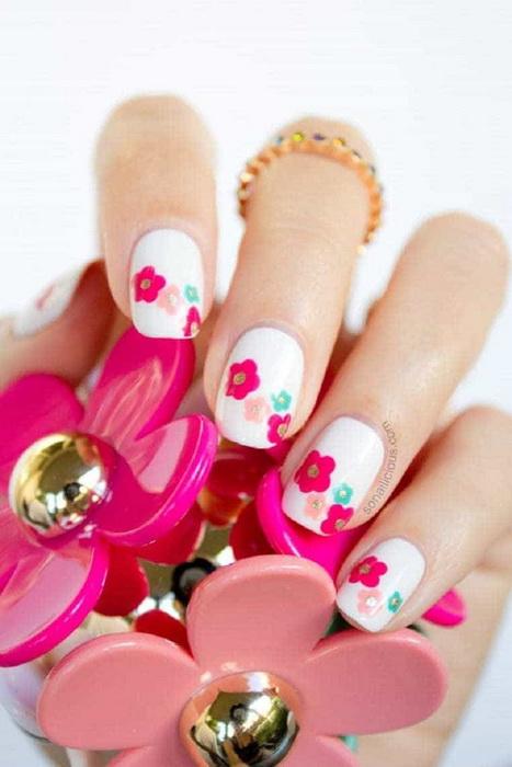unghii albe cu flori colorate