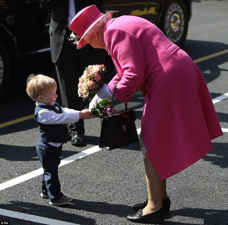 Ce simbol are geanta purtată de Regina Elisabeta doar pe mâna stângă