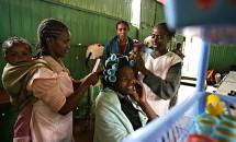 Dezvirginarea bizară a unor fete tinere din Malawi. Sunt nevoite să plătească pentru a-şi putea pierde virginitatea