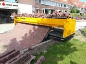 Mașină de pavat ce face un drum din cărămidă