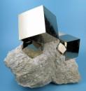 Pirite de cristale sub forma unui cub