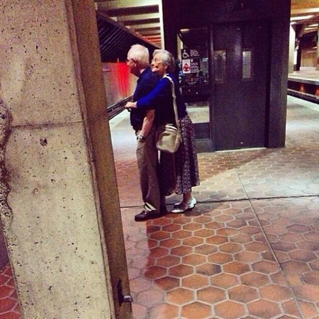 ...să va îmbrăţişaţi în public