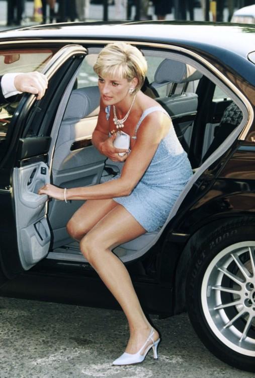 Prinţesa Diana purta mereu geantă plic...ca să se ascundă!