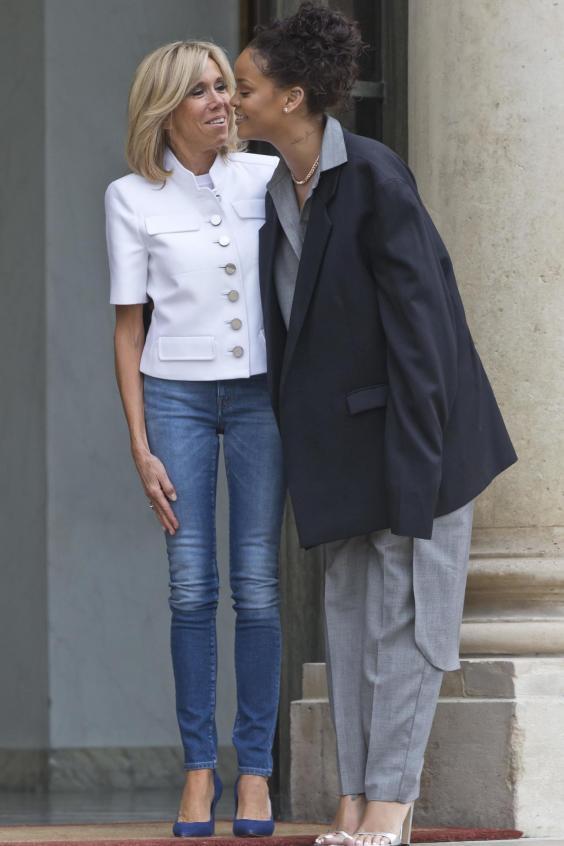 Rihanna s-a îmbrăcat ciudat de diferit la întâlnirea cu preşedintele Franţei (3)