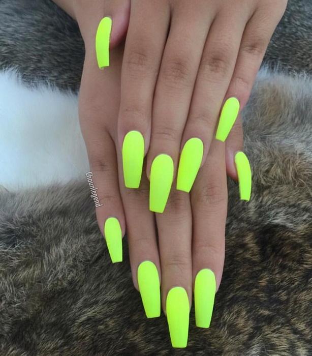 model de unghii neon ascutite