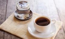 Cafeaua si apa plata: motivele pentru care se consuma impreuna