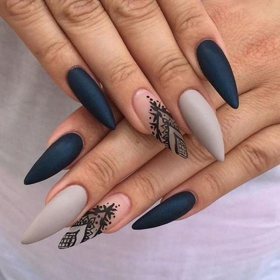 manichiura ascutita alb cu albastru
