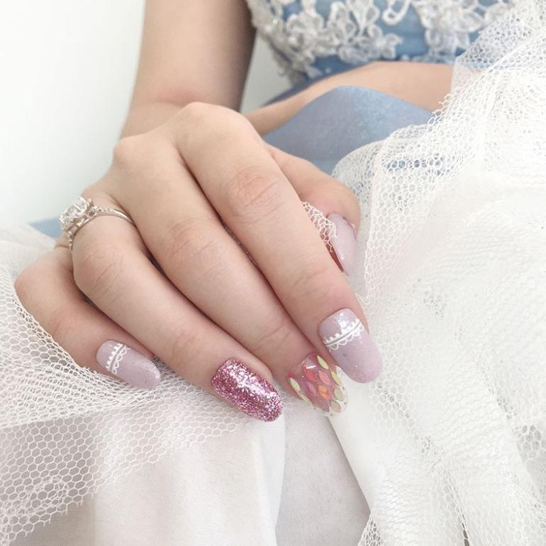 manichiura roz cu sclipici