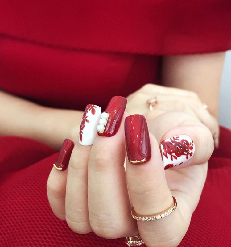 model de unghii rosii elegante