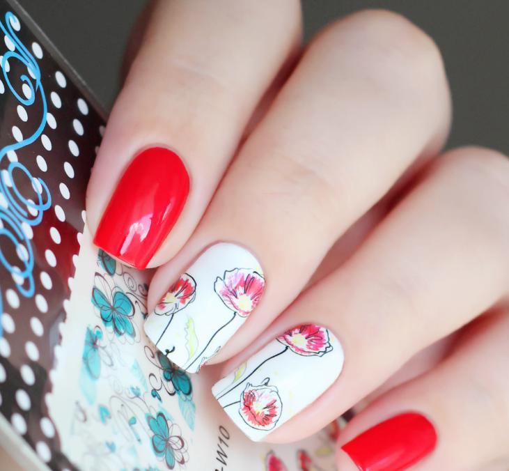 model unghii rosii cu alb si flori