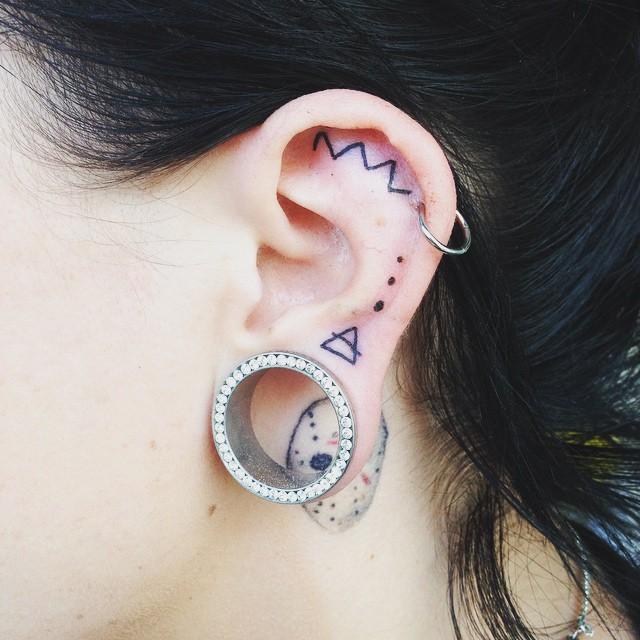tatuaje in zona urechii 2