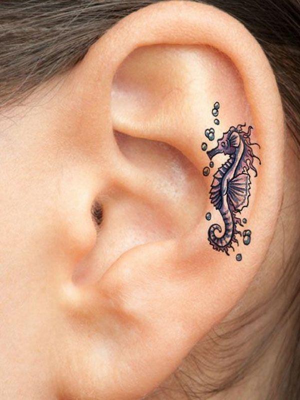 tatuaje in zona urechii