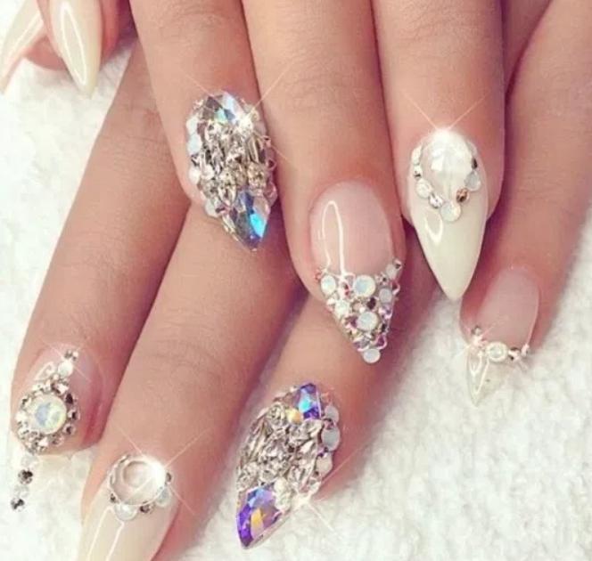 unghii cu pietre