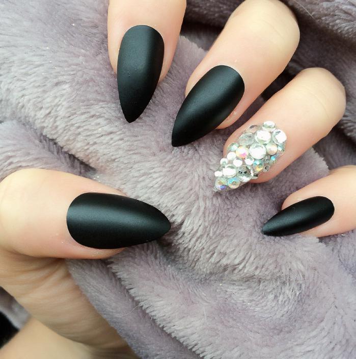 unghii negre ascutite pentru nunta