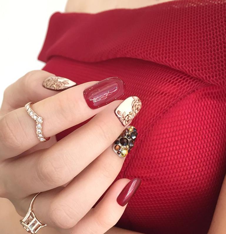 unghii rosii cu pietre pentru nunta
