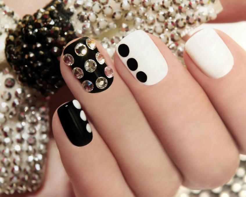 model de unghii cu gel alb cu negru