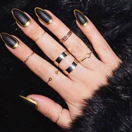 model unghii auriu cu negru