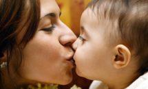 Iata ce spun expertii despre mamicile care isi pupa copiii pe gura!