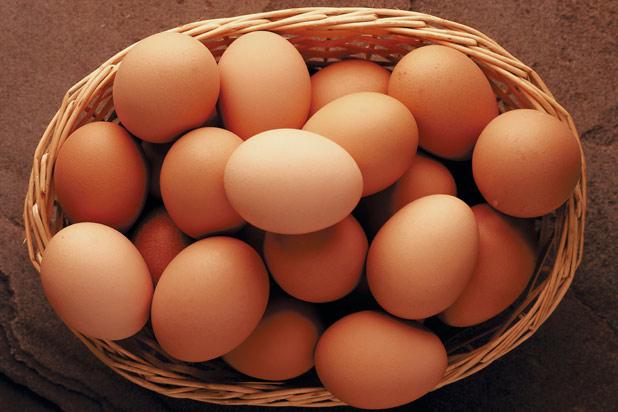 Ouale se pot mentine proaspete o perioada indelungata daca folosesti aceste trucuri Un bărbat a împărtășit pe YouTube metodele sale surprinzătoare cu ajutorul cărora reușește să își mențină mâncarea proaspătă pentru foarte mult timp. Acesta a marturisit de ce a spart zece oua si le-a pus la congelator, dar, mai ales, care sunt secretele sale pentru a le mentine proaspete vreme indelungata. Trucurile acestuia sunt susținute și de specialiști. Conform Doctori Online, ouăle se pot congela atât fierte, cât și crude. Iată sfaturile utilizatorului YouTube cu privire la menținerea ouălor proaspete pentru o vreme îndelungată: • Gălbenușurile fierte tari pot rezista proaspete până la două luni dacă sunt puse la congelator într-o pungă ermetică. • Gălbenușurile fierte trebuie decongelate peste noapte și folosite într-o singură zi, fără a mai fi recongelate. • Doar ouăle crude proaspete care au coaja intactă pot fi depozitate la congelator, dar nu întregi în coajă, deoarece se vor sparge pe măsură ce vor îngheța (cand sunt expuse la frig își măresc volumul). • Albușurile rezistă bine la congelator și fără a mai adăuga ceva în ele, dar în cazul gălbenușurilor trebuie să puneți sare sau zahăr, altfel vor deveni lipicioase din pricina faptului că vor forma un gel. • În cazul în care doriți să congelați o cantitate mai mare de ouă, cel mai bine este să le spargeți și să le puneți într-o tavă de gheață... • Puteți congela ouăle și sub formă de amestec; aceasta reprezintă o soluție foarte bună pentru momentele în care doriți să preparați prăjituri.