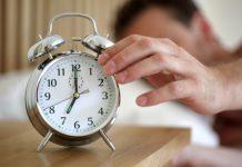 Vezi care sunt motivele pentru care uneori ne trezim inaintea ceasului desteptator