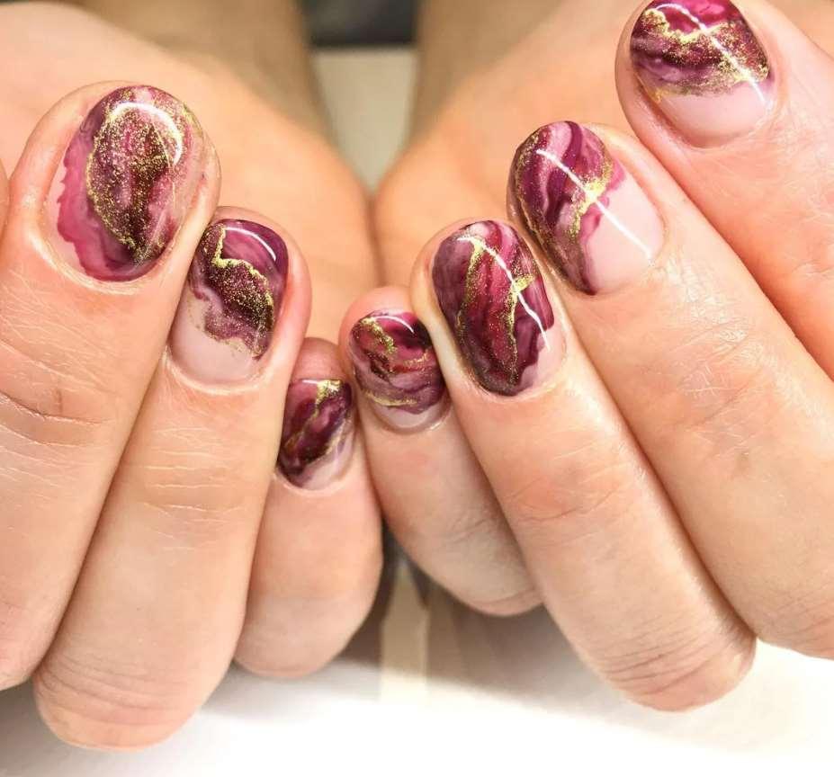 unghii toamna cu efect de marmura