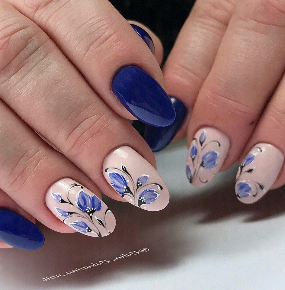 unghii cu flori albastre