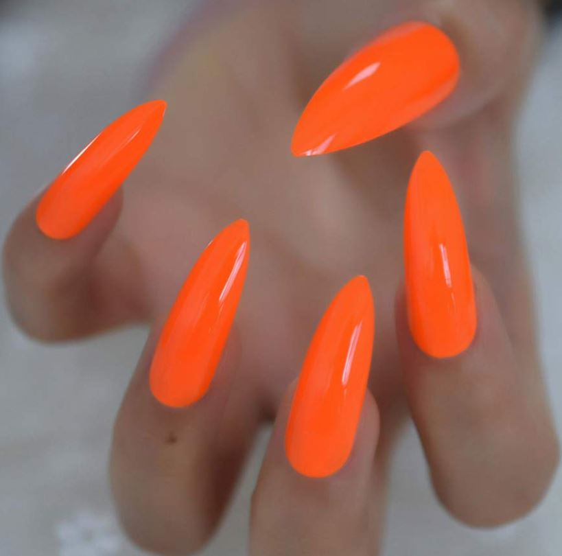 Unghii in culoarea portocaliu neon