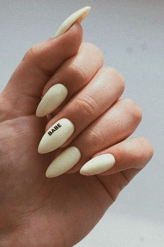 Unghii minimaliste avand cuvinte scrise pe unghie